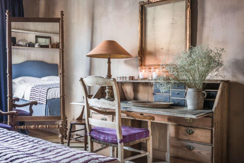 Bureau et miroir sur pied anciens