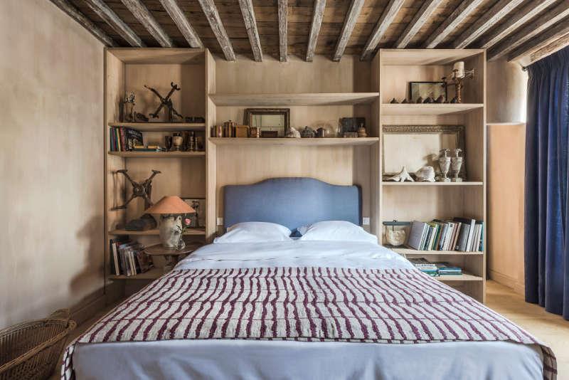 Des étagères en tête de lit
