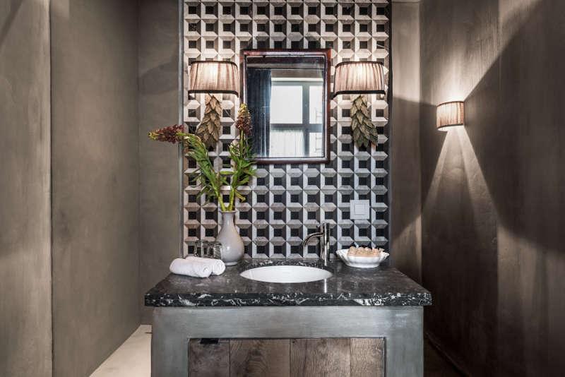 Bois brut, marbre et béton dans la salle de bain