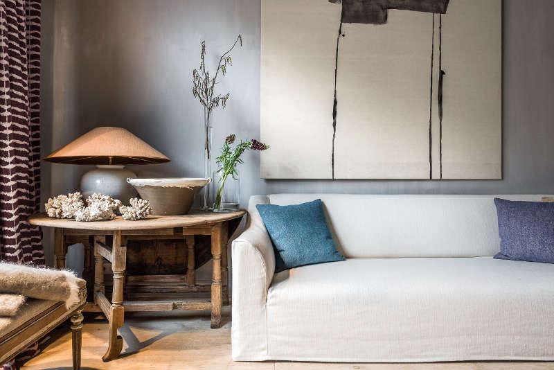 Table basse ancienne en bout de canapé